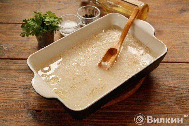 Перекладывание риса в форму