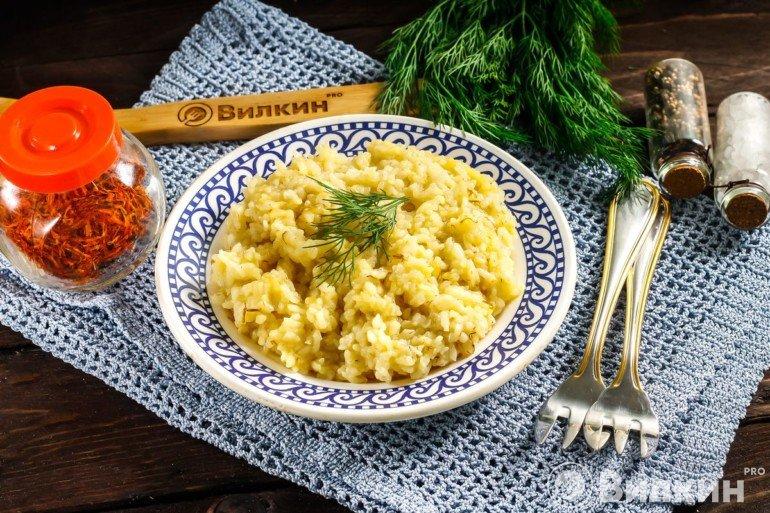 Порция готового риса с шафраном