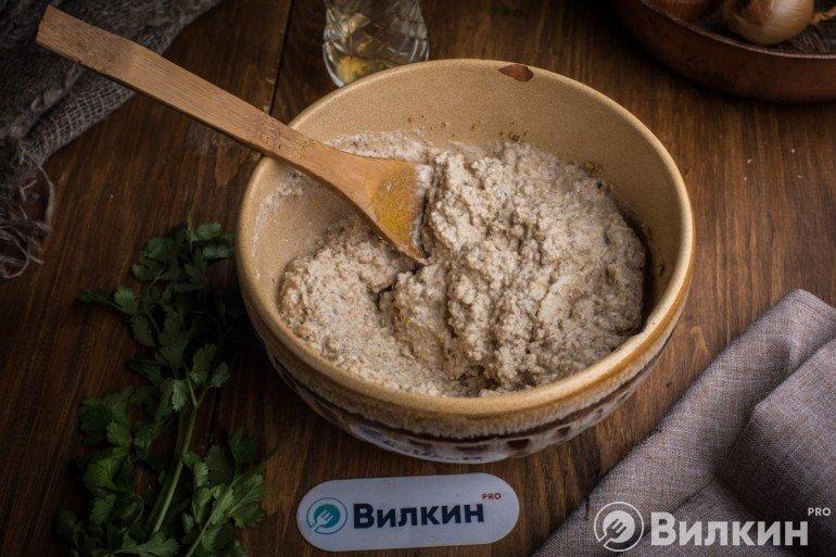 Заливка бульона в ореховую крошку
