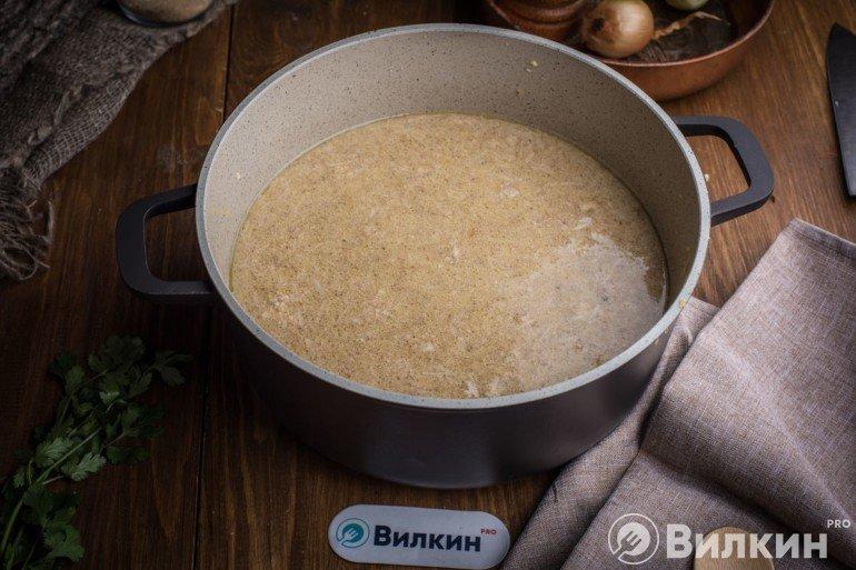 Соединение ореховой смеси с бульоном