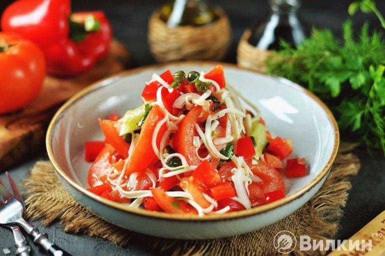 Салат с каперсами, сыром и овощами