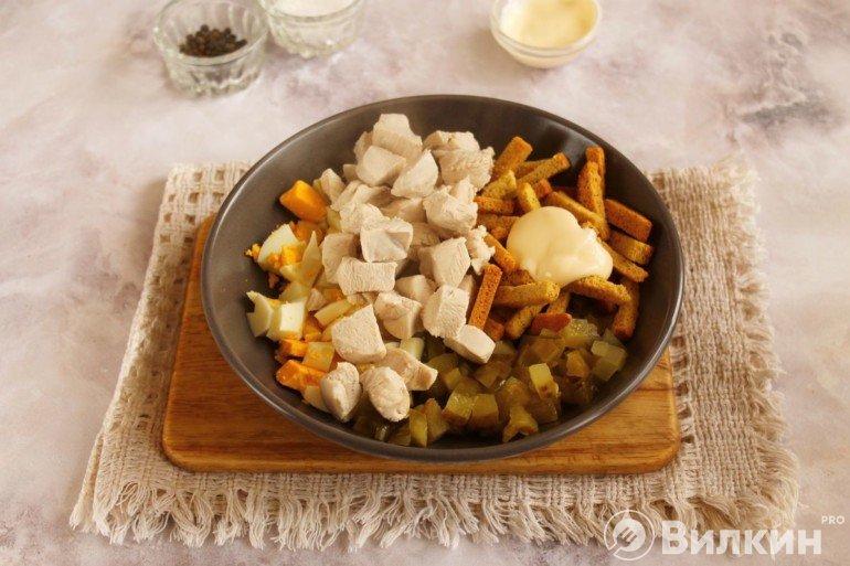 Добавление курицы, сухариков и майонеза
