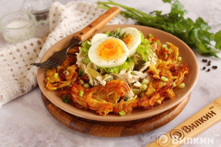 Украшение и подача салата с жареной картошкой