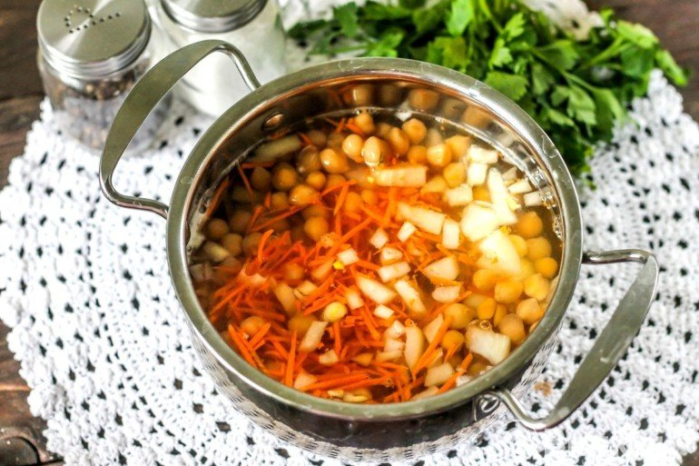 Закладка овощей и гороха в бульон
