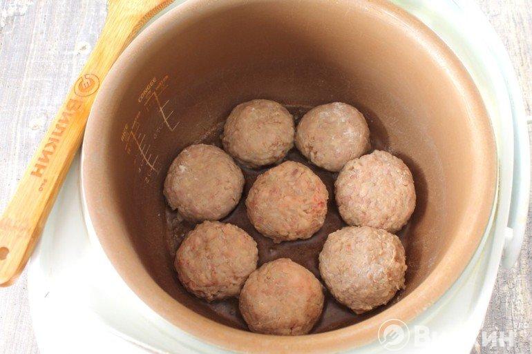 Закладка мясных колобков в чашу