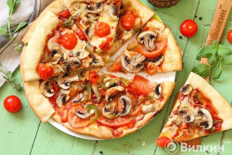Нарезка на кусочки и подача пиццы