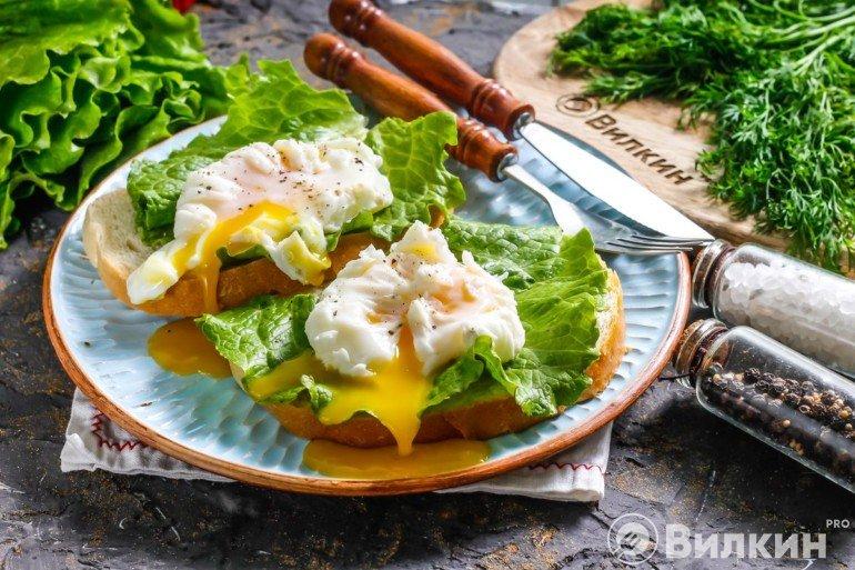 Яйца пашот с хлебом на завтрак