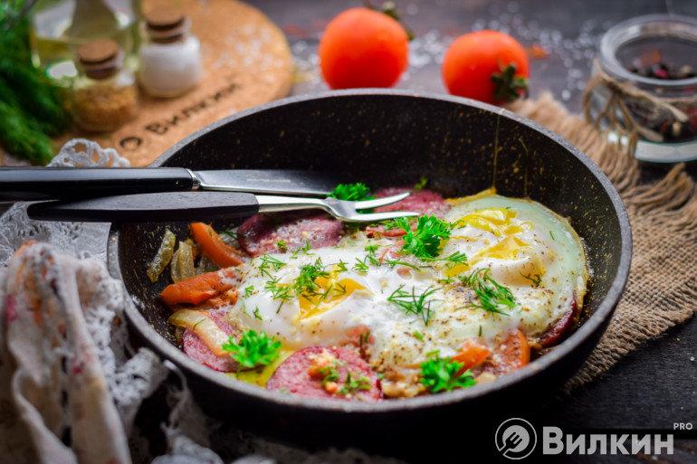Горячая яичница с помидорами и колбасой на завтрак