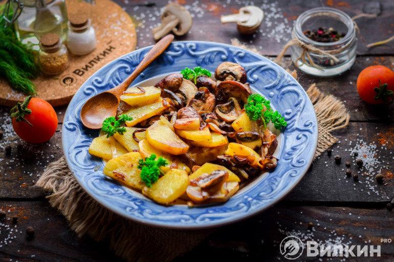 Жареный картофель с грибами на ужин