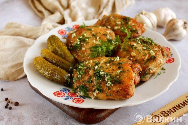 Жареная курица с чесноком и зеленью