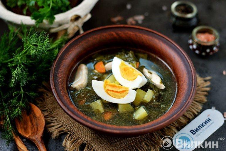 Порция зеленого борща с яйцом