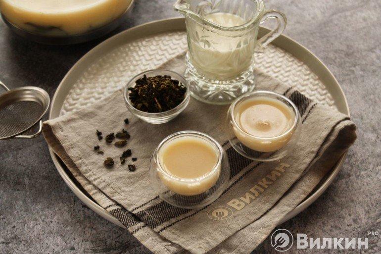 Подача низкокалорийного зеленого чая с молоком