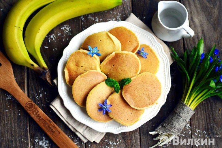Американские панкейки с бананом на завтрак