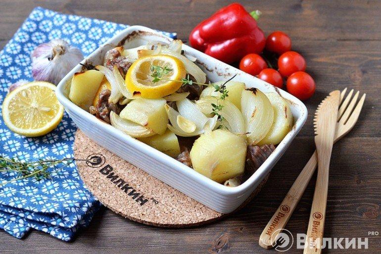 Подача запеченной картошки с бараниной