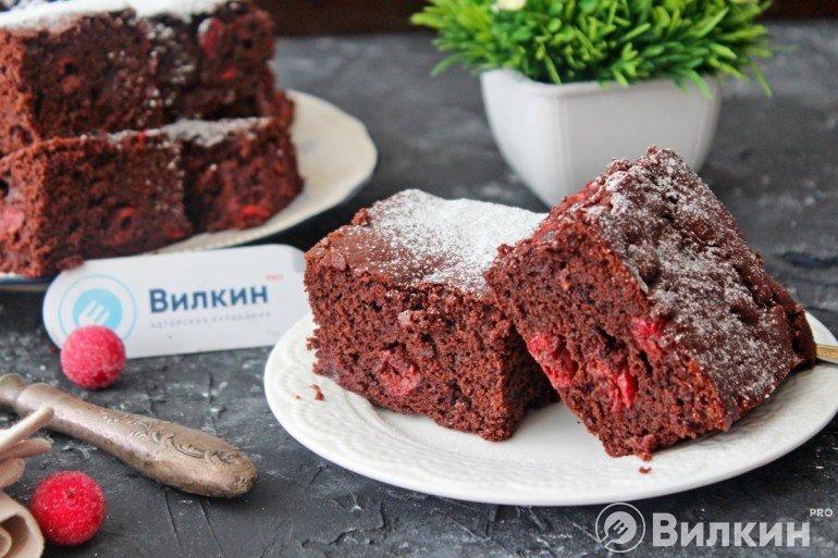 Шоколадный пирог брауни с вишней