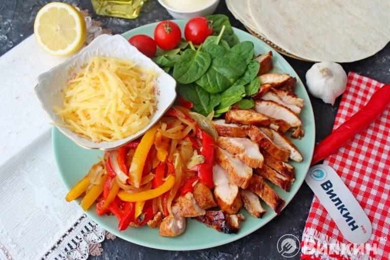 Фахитос с курицей и овощами на ужин