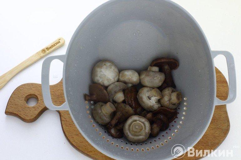 Извлечение грибов из кастрюли