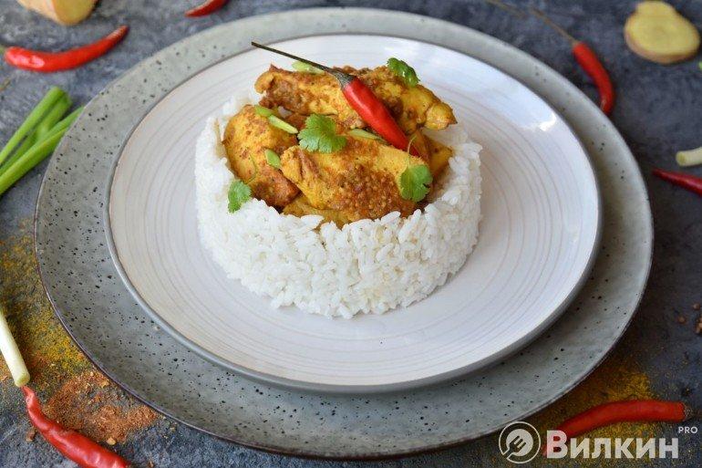 Подача карри из курицы с гарниром из риса