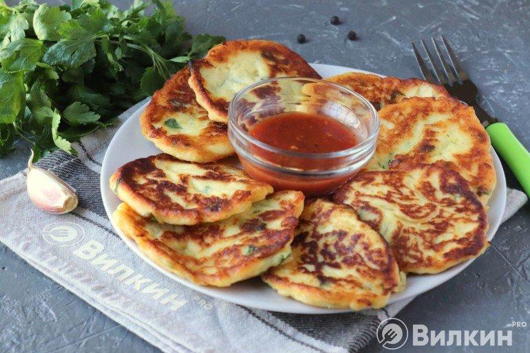 Картофельные лепешки с томатным соусом