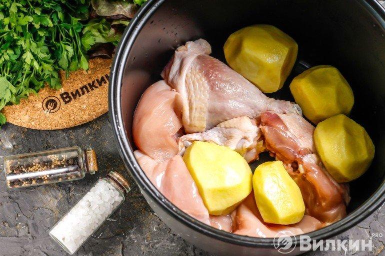 Закладка картошки и мяса в чашу