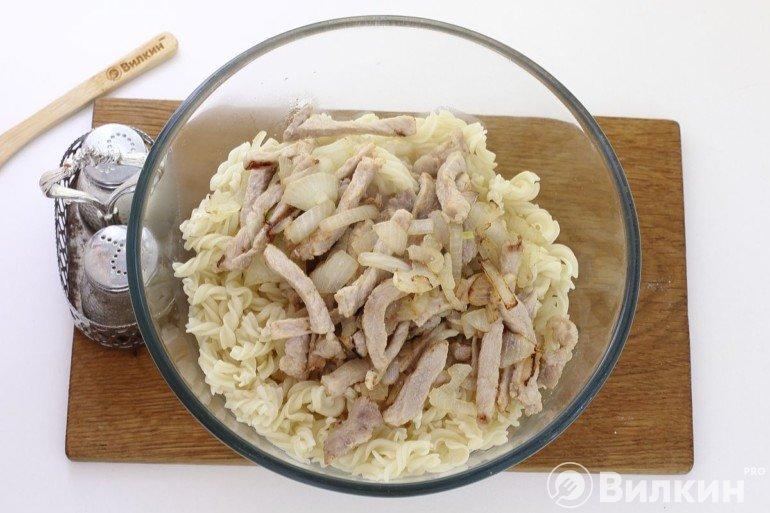 Соединение макарон с жареным мясом и луком