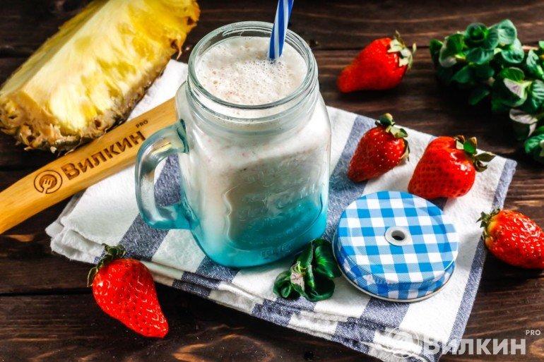 Молочный коктейль с ананасом и клубникой