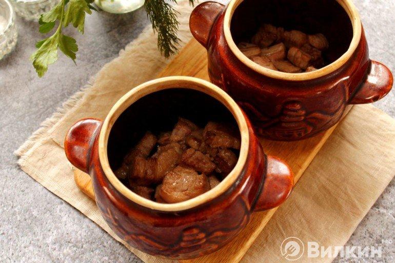 Закладка жареной свинины в горшочек