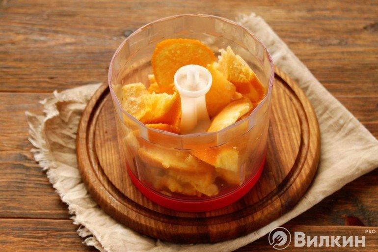 Закладка фруктов в измельчитель