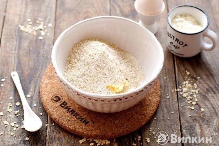 Добавление муки к маслу с сахаром