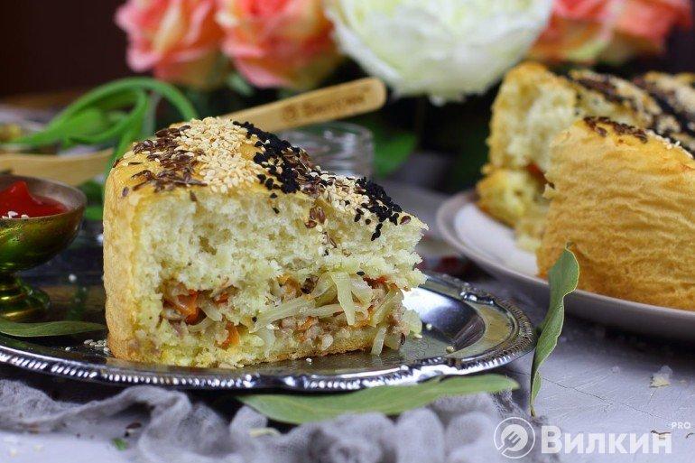 Кусочек капустного пирога с фаршем