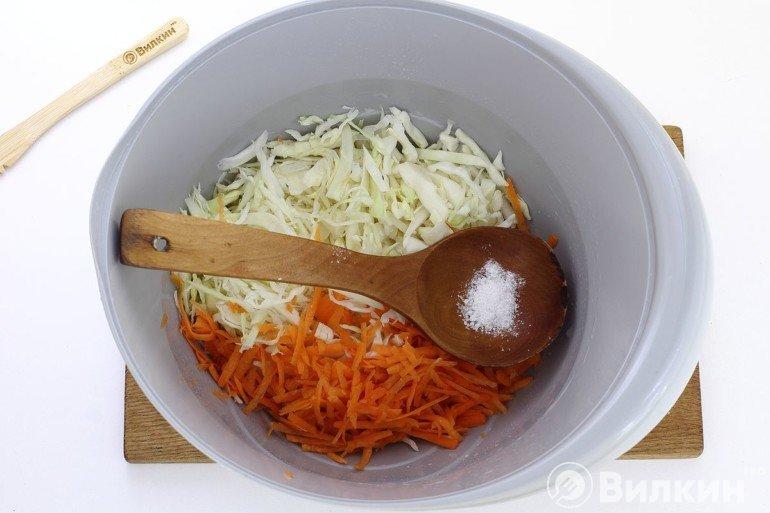 Добавление соли к овощам
