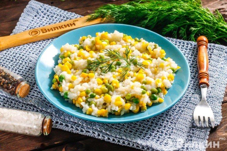 Порция риса с горошком и кукурузой