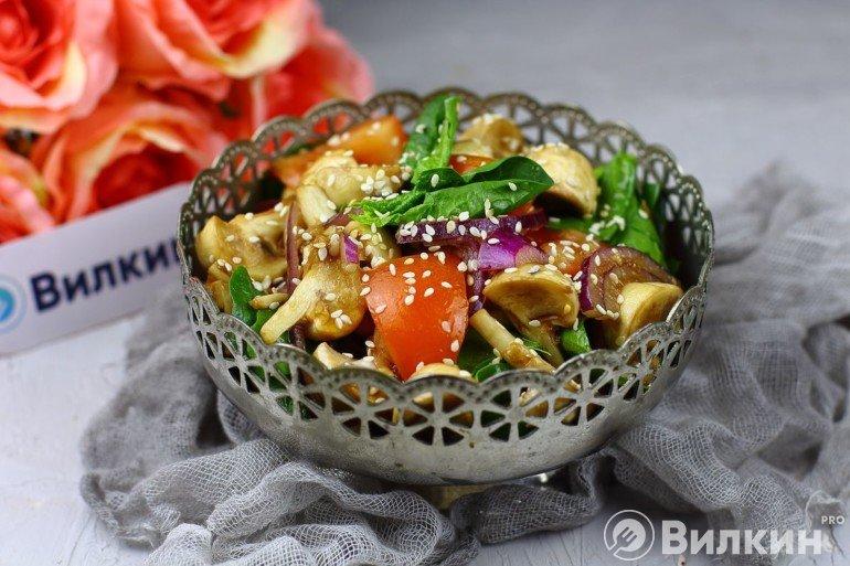 Салат из свежих шампиньонов, красного лука и помидоров