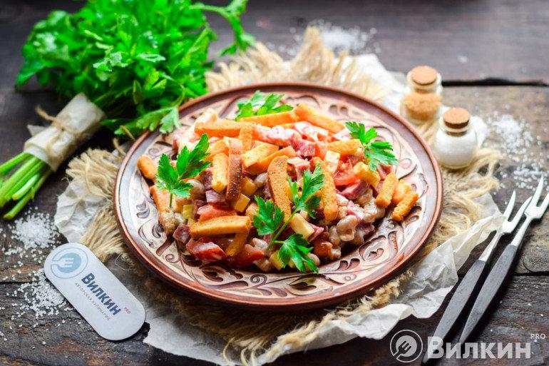 Простой салат с колбасой, кириешками и фасолью