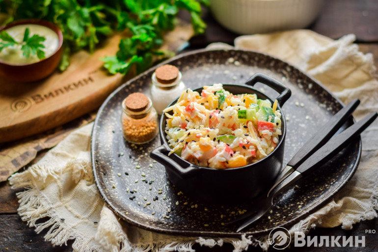 Подача крабового салата с рисом и огурцом