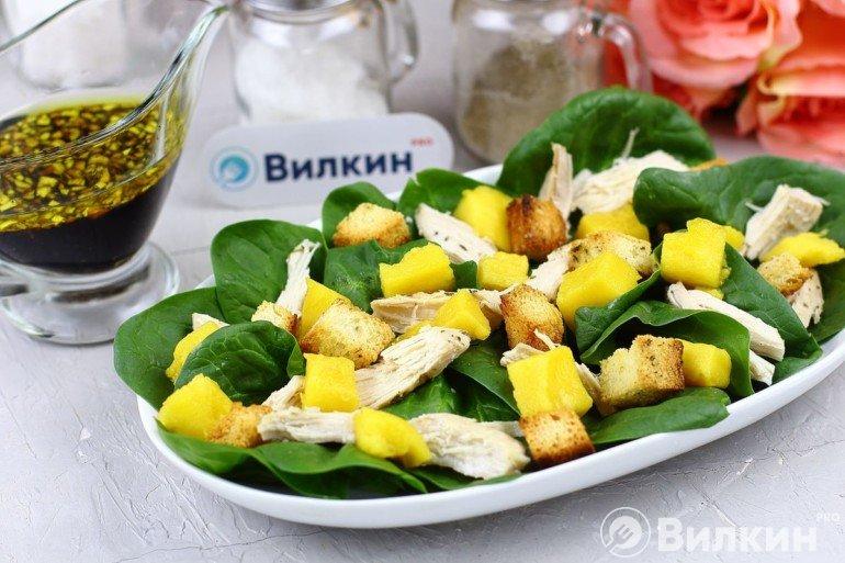 Яркий салат с курицей и манго