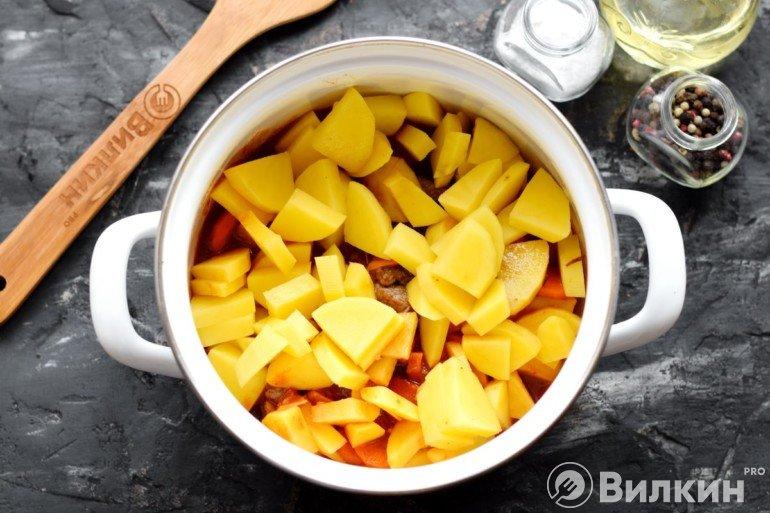 Закладка картошки в кастрюлю
