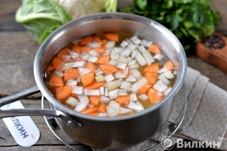Лук и морковь в воде