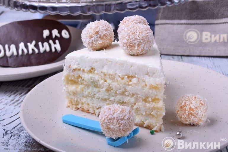 Кусочек праздничного торта с кокосовой стружкой