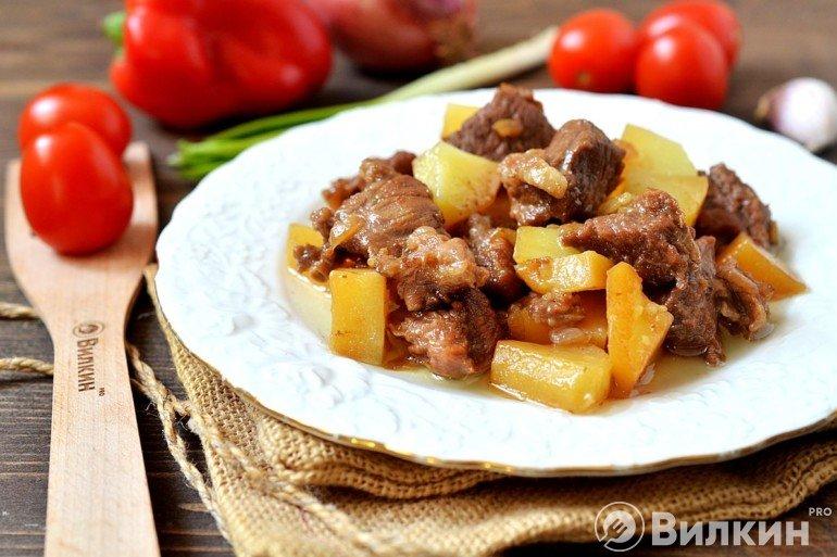 Подача тушеной картошки с бараниной на стол