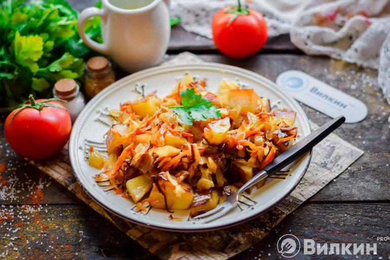 Подача тушеной капусты с картошкой на ужин