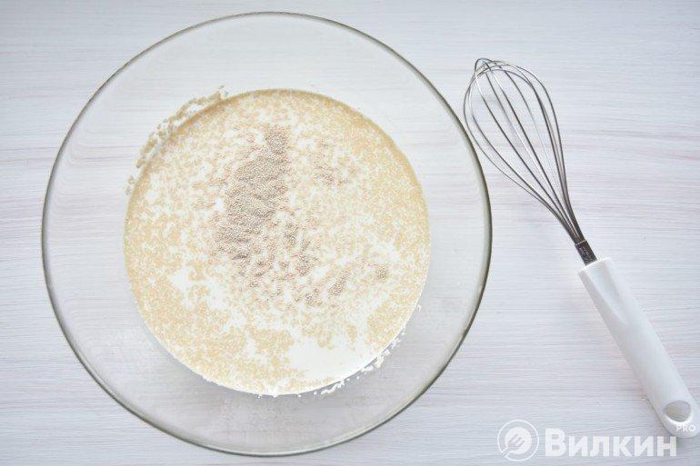 Молоко с дрожжами и сахаром
