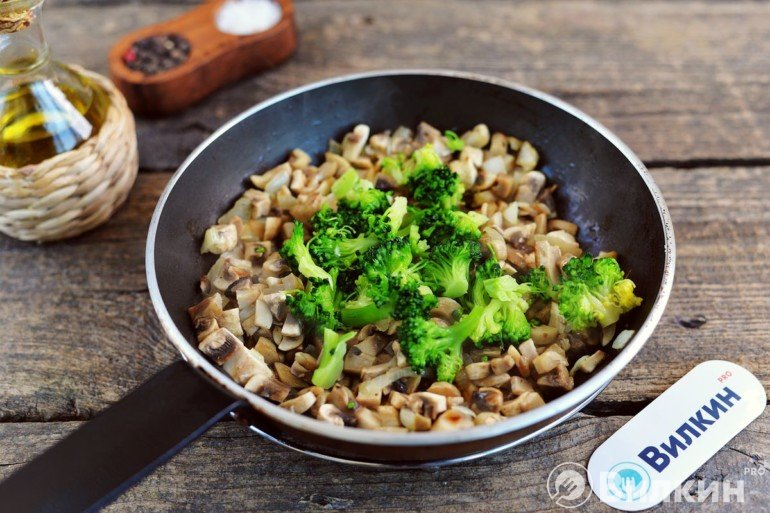 Лук, грибы и брокколи на сковороде