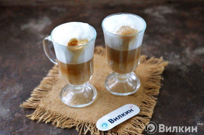 Разливка кофе в стаканы