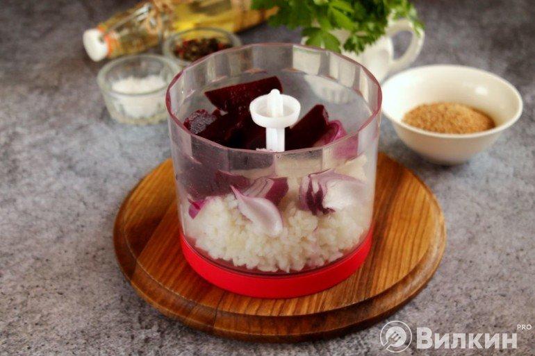 Свекла, лук и рис в чаше