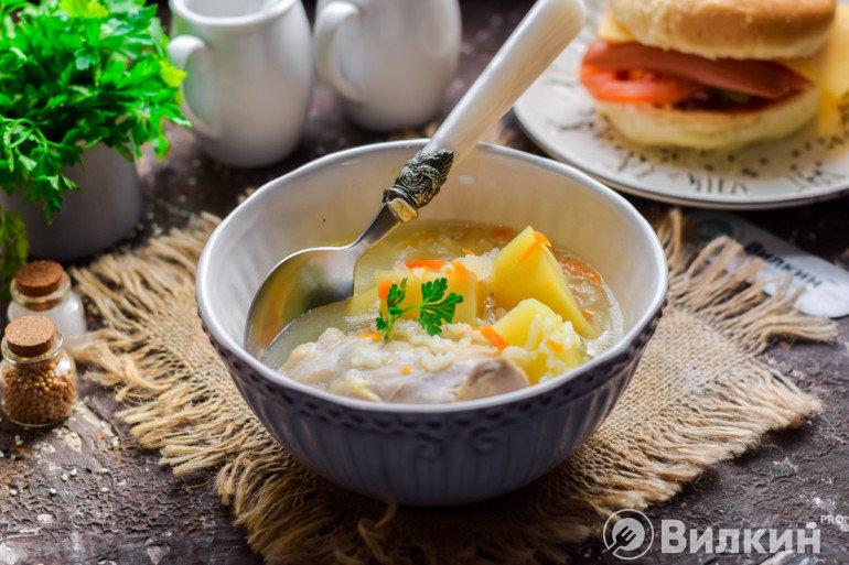 Горячий куриный суп с рисом на обед