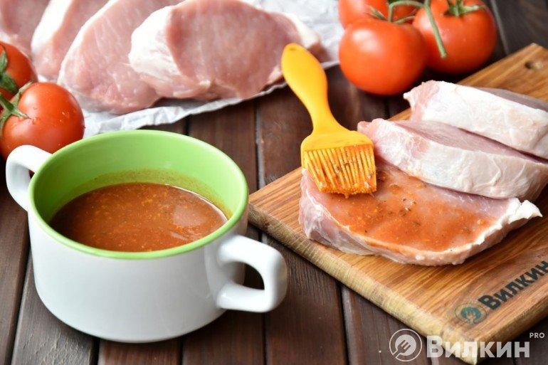 Обмазывание маринадом мяса