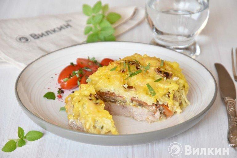 Подача запеченного мяса по-французски с грибами