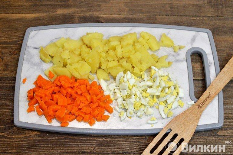 Измельченные овощи и яйца