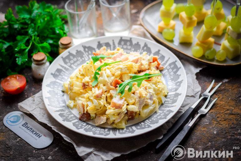 Салат с ананасами и куриной грудкой